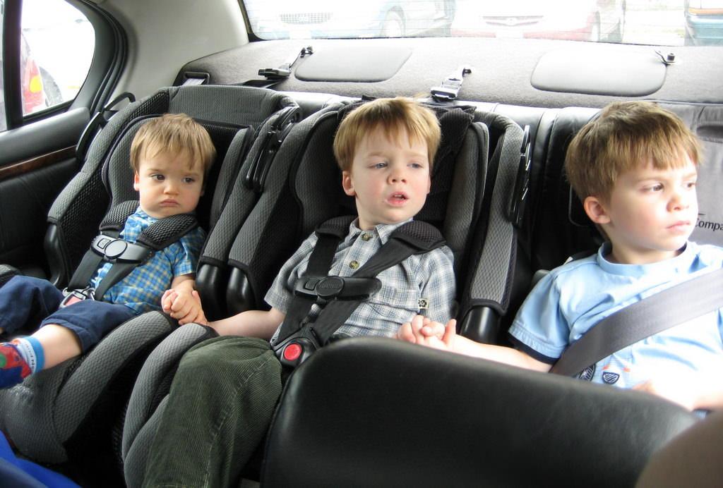детское кресло и ремень безопасности